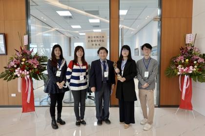 興大分生所博士生鄭宜鳳(右2)榮獲正瀚銀獎,與指導老師賴建成特聘教授、實驗室博士後研究及博士生同學合影。