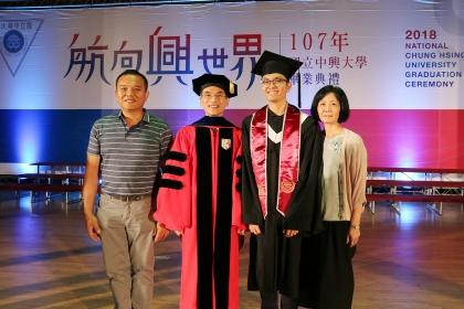 興大校長薛富盛(左2)與詹宜典(右2)及其父母合影