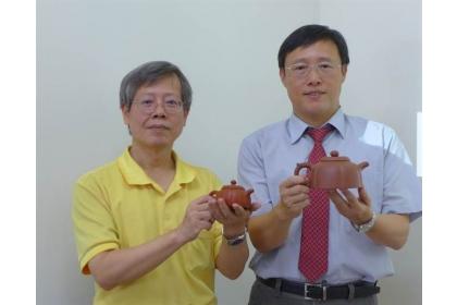【中國時報】中興大學獸醫學院院長周濟眾(右)、生物科技學研究所教授曾志正(左)等人研究茶壺對茶湯的影響,結果顯示紫砂壺、朱泥壺泡出的茶飲最甘甜、健康。(林欣儀攝)