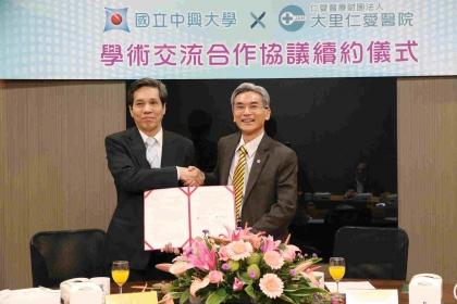 【經濟日報】中興大學校長薛富盛(右)、大里仁愛醫院院長郭振華代表簽署。 中興大學/提供