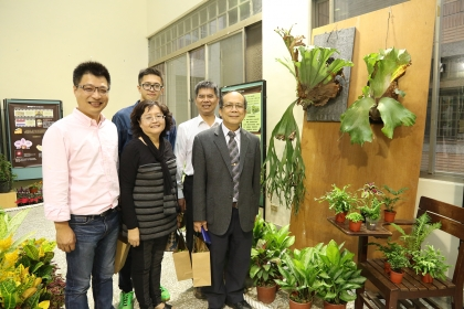 鹿角蕨長達2公尺,是展場內值得一看的植物。興大副校長黃振文(右1)、園藝系主任林慧玲(前排中)等人至會場參觀。