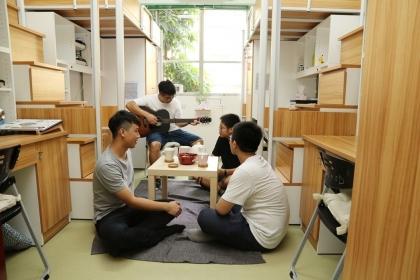 【聯合報】興大改造學生宿舍,打造「日式和風」風格,以暖色調木質的系統櫥櫃,大片窗戶灑落滿室的陽光,學生可席地而坐,聊天、玩桌遊。記者喻文玟/攝影