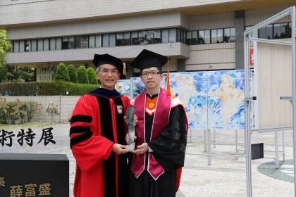 興大校長薛富盛(左)與本屆特殊優秀畢業生李佳峻合影