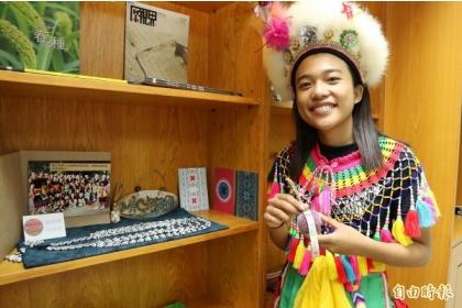 【自由時報】興大原民中心設有「原民格子」,展示各族的手工藝品等,展「原味」。
