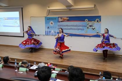 舞團帶來印度民族舞蹈熱鬧開場