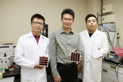 中興大學化學系葉鎮宇教授(中)與研究團隊合影