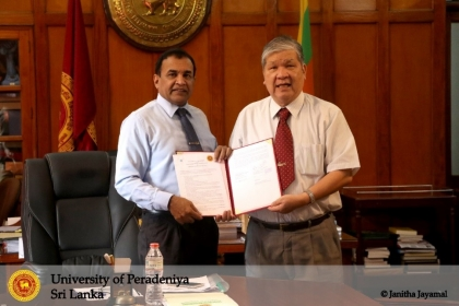 Prof. Upul B.Dissanayake, vice chancellor, University of Peradeniya, (Left) and  Jen-Fon Jen(鄭政峰), vice president, NCHU signed MOU.
