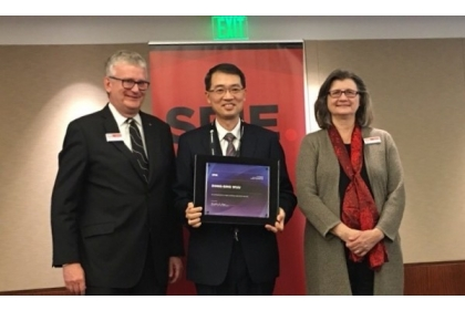 中興大學教授武東星(中)被選為國際光電工程學會會士,肯定他在光電材料和元件工藝領域的突出貢獻,是近3年來我國首位獲此殊榮的科學家。(圖由武東星提供)