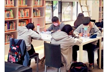 東海大學圖書館陸續架設透明隔板防疫,個人申請面試也將啟用隔板口試。(東海大學提供)