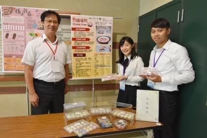 興大食生系教授蔡碩文(左)指導,研究生林穎芝(中)、蔡祈民(右)組成的「創新甜點開發研究室」,他們開發出一款適合高齡族群食用的湯圓