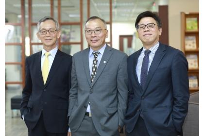 由左至右依序為國泰人壽熊明河副董事長、理學院施因澤院長、采威國際資訊蕭哲君董事長。