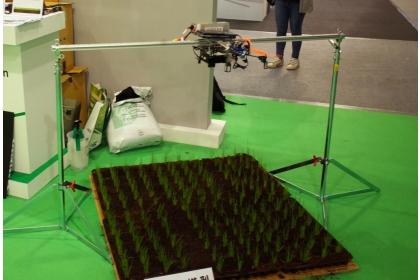 擹位模擬無人機拍攝農地景況。