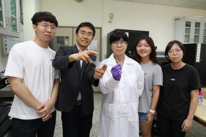 興大材料系副教授賴盈至(左2)團隊研發透明、可伸縮、不需供電、受損能自癒的電子皮膚