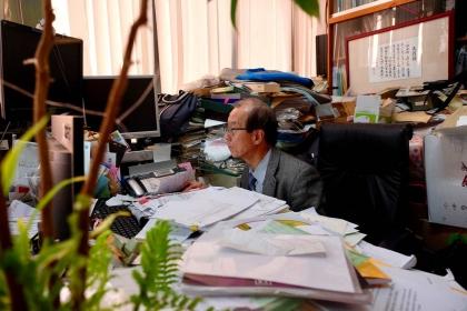 楊秋忠埋首資料堆,研究數十年致力找出有機廢棄物的最佳解方(攝影 ⁄ 蔡佳珊)