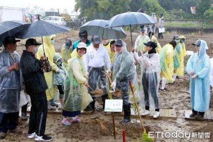 台南市長黃偉哲參加「方舟新樂園」植樹活動,身體力行親自種下小樹苗,倡導環境保育及節能減碳的重要性。(圖/記者林悅翻攝 )