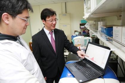 興大組織工程與再生醫學博士學位學程周鑫佑博士 (左)與王惠民教授(右)