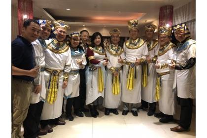 與會貴賓們換上埃及風格服飾合影留念。