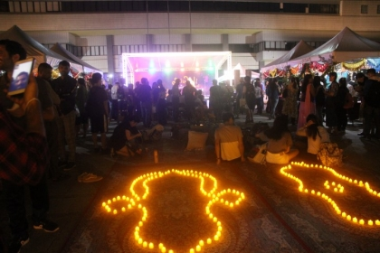 邀請所有來賓、學生一同點燃仙女棒,在星光閃閃下體驗排燈節。