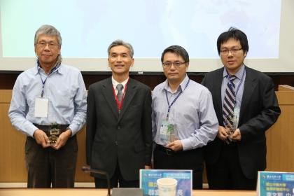 「績優獎」得主:機械系劉建宏教授(右2)、化學系賴秉杉教授(右1)、園藝系朱建鏞教授(左1),頒獎人薛富盛校長(左2)。