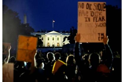 非裔男子之死引發數百民眾於5月29日晚聚集白宮外圍示威抗議,和警察、特勤局人員爆發衝突,白宮一度關閉。(圖/路透社)