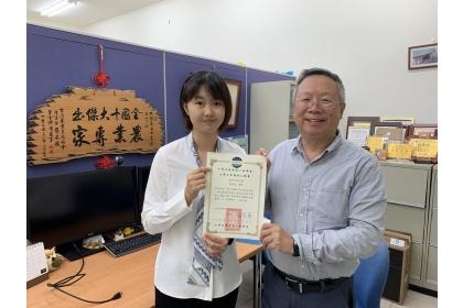 興大生物科技學士學位學程陳映辰同學(左)與林耀東教授合影