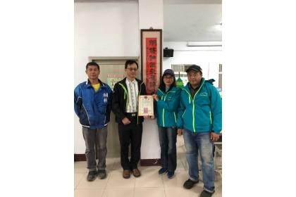 捐贈白米至桐林社區發展協會,左1王遠東先生、左2楊明德特聘教授、左3淑鈴理事長