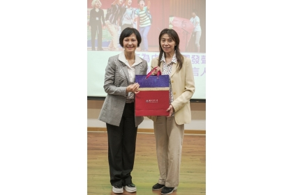 A gift was presented by Professor Chia-Lin Chang, Vice-President for International Affairs,  to Ambassador Vanessa Shih.