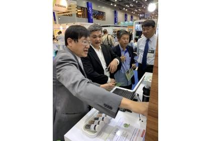 馬來西亞梳邦再也市議員戴成恆(右二)以及馬來西亞政府第一產業部前特別事務官貝榮強(左二)參訪本校攤位