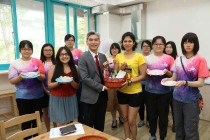 興大校長薛富盛(左3)送柴米油鹽醬醋茶給學生作為入厝禮,學生在小廚房包水餃