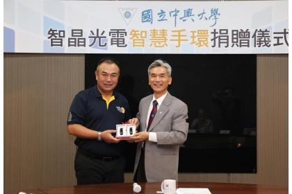 興大校友、智晶光電董事長王鴻鈞(左)蒞校捐贈,興大校長薛富盛代表受贈