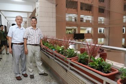 吳宗明教務長(左)、蘇武昌學務長也一同參與栽種