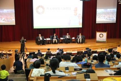 綜合座談,由拉馬納森(右2)、中研院院士劉紹臣(左2)、興大土環系教授申雍(左1)、興大環工系教授莊秉潔(右1)共同與談。
