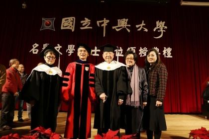 【聯合報】詩人洛夫(右三)與家人及興大校長薛富盛(左二)、興大文學院院長韓碧琴合影。圖/中興大學提供