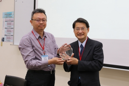 興大法政學院院長蔡東杰(左)致贈紀念品給中研院院士吳玉山