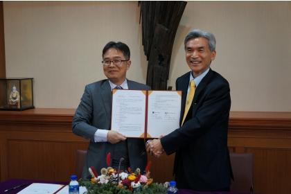 興大校長薛富盛(右)、虎尾科大校長覺文郁代表簽署合作協議