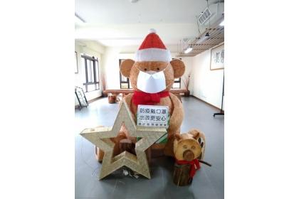 因應五一連假出遊潮,惠蓀林場請出可愛玩偶熊,提醒遊客做好自主健康管理。(圖由惠蓀林場提供)