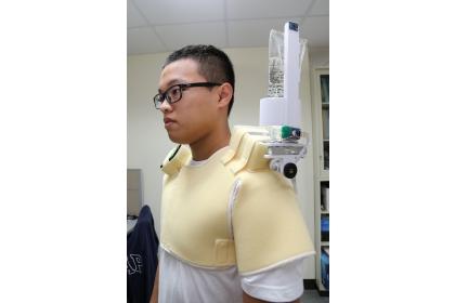 背負式點滴架設有角度監測與補償機制,吊掛可維持在垂直地面狀態,減少動作而產生的回血