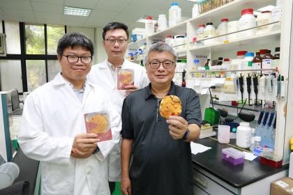 興大森林學系王升陽特聘教授(右)與台灣利得生技團隊發表樟芝特有成分之研究刊登於國際期刊