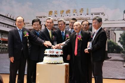 興大99歲生日,副總統陳建仁(左4)、興大校長薛富盛(左3)、興大校友總會理事長蔡其昌(左5)、台中市秘書長黃景茂(左2)、興大前校長貢穀紳(右3)、彭作奎(左1)、蕭介夫(右2)共同切蛋糕