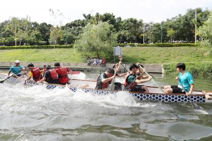 興大舉辦正興城灣盃校際競賽,龍舟拔河為今年首辦的師生友誼賽