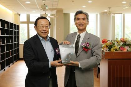高希均教授(左)贈送五千冊書給中興大學,由興大校長薛富盛代表接受。