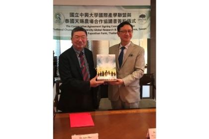 【大紀元】中興大學新農業國際產學聯盟11月24日與泰國簽約建立臺灣示範農場。徐新宏(左)、中華民國駐泰代表童振源(右)。 (徐新宏)