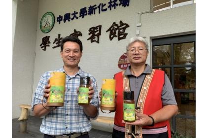 中興大學新化林場場長吳佾鴻(左)與阿里山原住民農林生產合作社理事主席汪志敏合作的首批桃花心木蜜上市了。記者吳淑玲/攝影