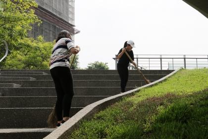 興大7月28日舉辦暑期社區志工服務,三十名志工一同清掃頂橋仔新公地