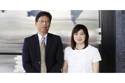 萬年清董事長何家慶(左)今年考上興大EMBA領袖組。 圖:劉朱松