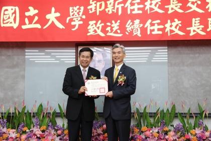 中興大學薛富盛校長8月1日續任就職,上午在教育部由潘文忠部長(左)致送聘任聘書。
