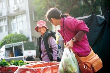 興大有機農夫市集期望透過市集,不只提供鄰近民眾購買有機農產品的場所,更提供社區一個環境友善與充滿有機意識的共好社群。(攝影/謝佩穎)