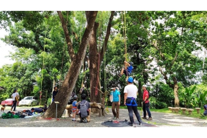 攀樹活動除了讓幼童學會了解樹木、進而去愛護、重視樹木、土地、與自然,也可訓練身體協調度與肌肉的發展。(新化林場提供/劉秀芬台南傳真)