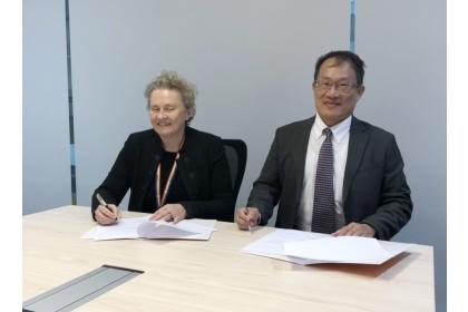 迪肯大學研發副校長Julie_Owens與興大工學院院長王國禎(右)代表簽署雙聯學位