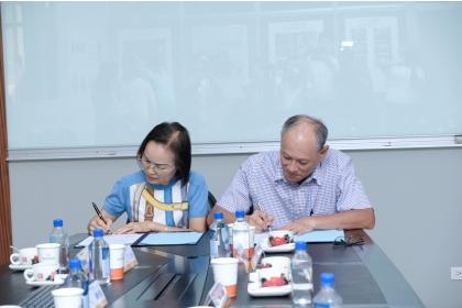 由中興大學生機系謝廣文系主任(右)與臺中市澄德科技教育基金會周秋祝董事長代表簽署。